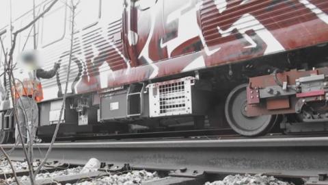 گرافیتی بر روی قطار برای تست رنگ Iroko Red