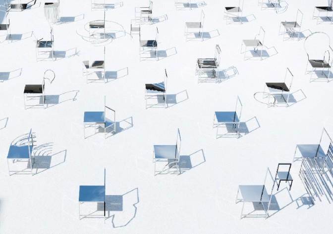 صندلی های مانگا در حیاط صومعه میلان