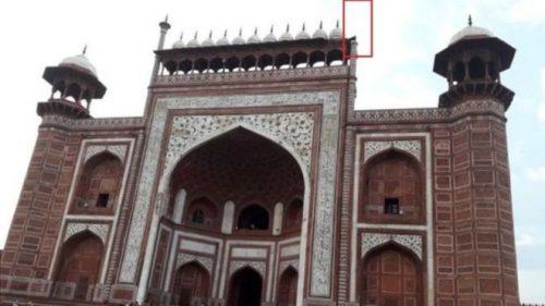 یکی از منارههای تخریب شده در ورودی قرار دارد که به محض ورود توریستها به این محل توجه آنها را به خود جلب می کند.