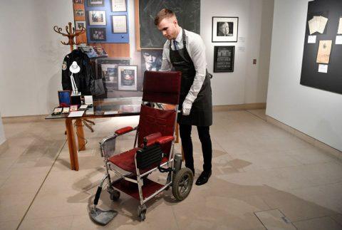 صندلی چرخدار استیون هاوکینگ در حراجی لندن فروخته شد