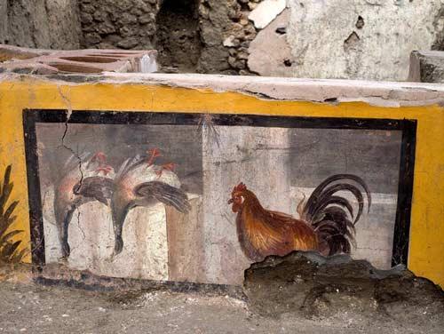 در نقوش روی پیشخوان میتوان پرندگانی را که احتمالا در منوی این خوراک فروشی سرو میشدهاند را هم تماشا کرد.
